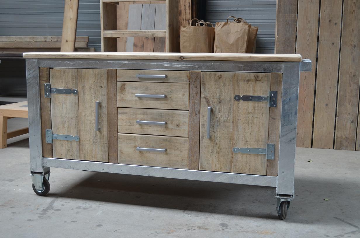 Buitenkeuken met verzinkt stalen frame   Wooddesign4u is gespecialiseerd in steigerhouten meubelen